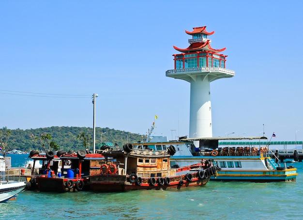 Barca del pescatore nel porto di koh sichang, chonburi, tailandia.