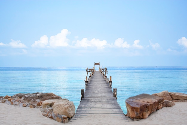 Barca del pilastro del ponte di legno nel mare e nel cielo luminoso a koh kood, trat in tailandia.
