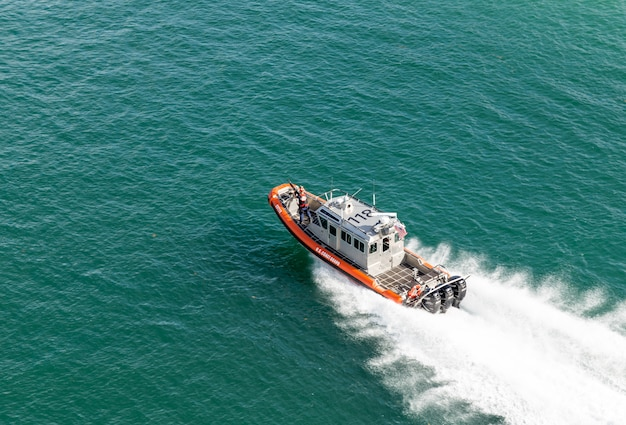 Barca della guardia costiera vicino al porto di miami