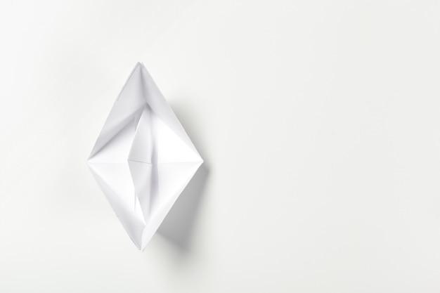 Barca di carta di origami isolata su bianco