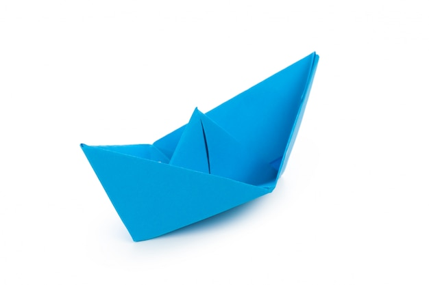 Barca di carta di origami isolata su fondo bianco