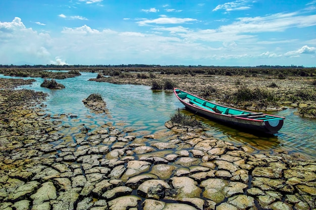 Barca di legno sulla terra di siccità dalla siccità