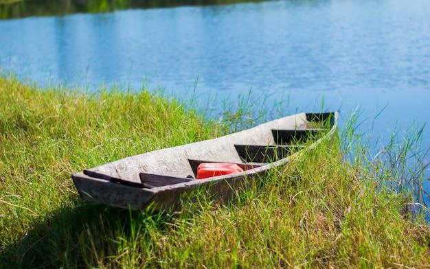 Barca di legno sulla vista sul fiume