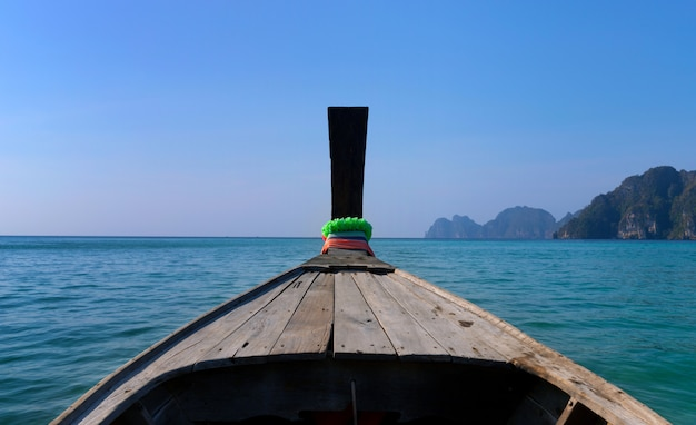 Barca di legno tradizionale in una baia tropicale perfetta dell'immagine su koh phi phi island, tailandia, asia.