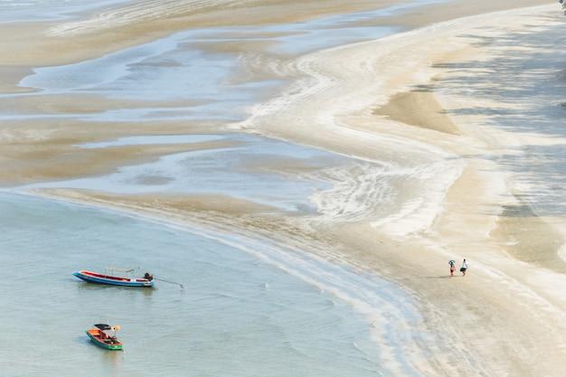 Barca e spiaggia nel parco nazionale di sam roi yot, thailandia.