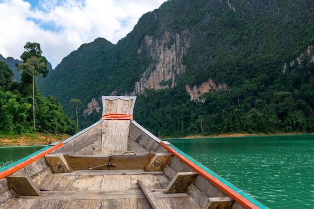 Barca e un bellissimo paesaggio di montagne e mare.