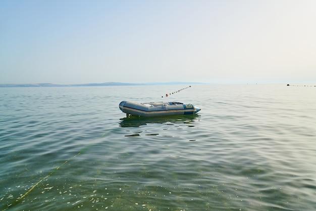Barca galleggiante sopra l'acqua di mare