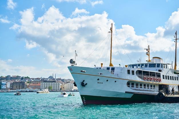 Barca galleggianti in mare