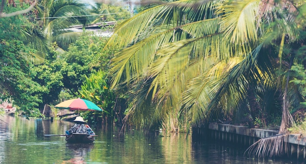 Barca locale nel mercato galleggiante di amphawa