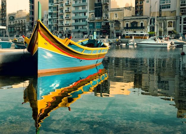 Barca maltese nella baia di san giuliano, malta
