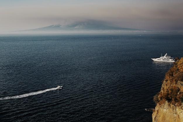 Barca nel mare, montagna sul mare.