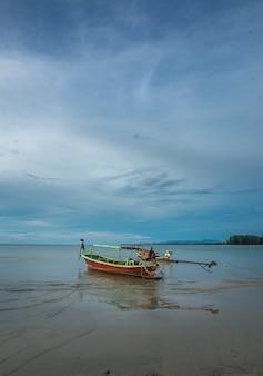 Barca nella spiaggia di phuket, tailandia