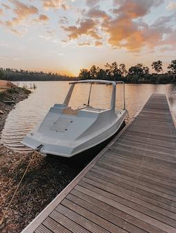 Barca ormeggiata al molo di legno sul lago