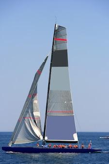Barca piena di atleti in alto mare