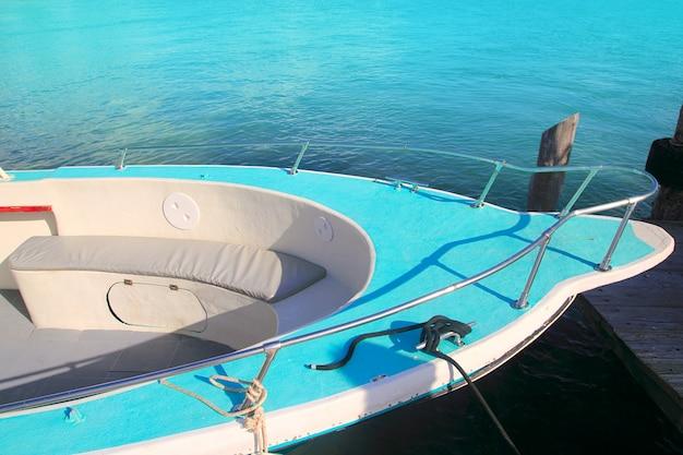 Barca prua verde nel turchese del mar dei caraibi