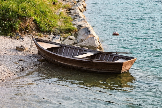 Barca solitaria parcheggiata sul lago di santa croce