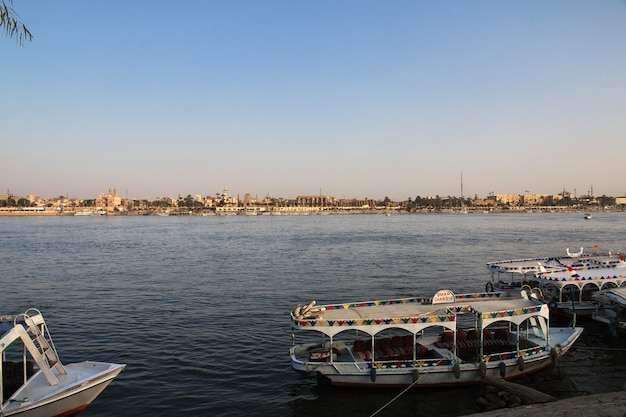 Barca sul fiume nilo nella città di luxor, egitto