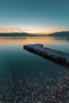 Barca sulla spiaggia al tramonto.