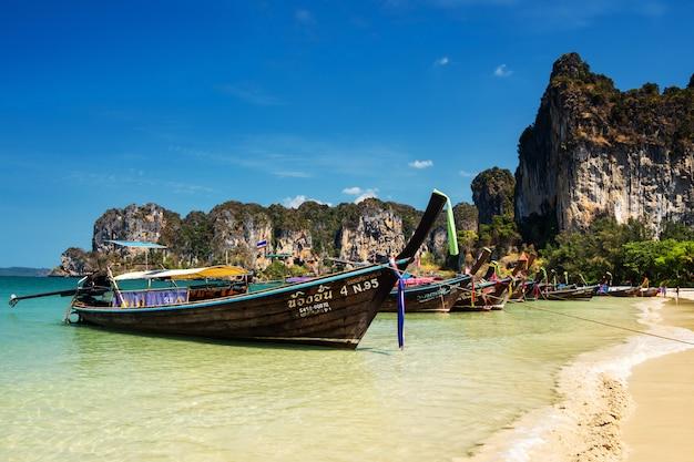 Barca sulla spiaggia di railay, krabi