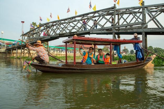 Barca tailandese tradizionale di gondola con il turista nel fiume.