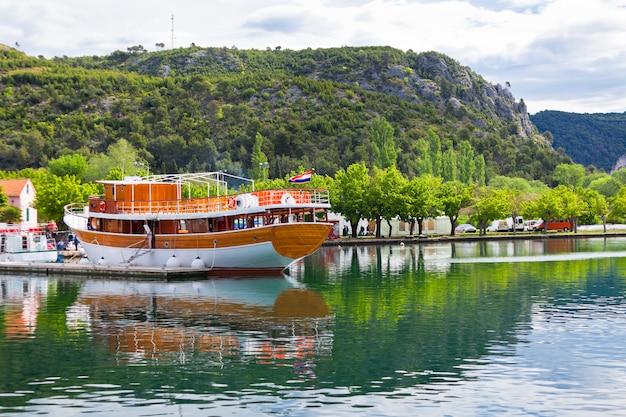 Barca turistica in un fiume