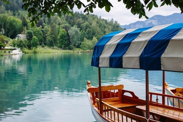 Barca turistica sul lago di bled in slovenia