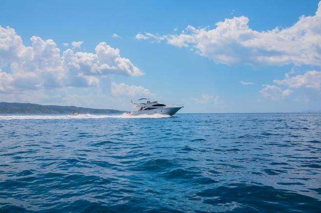 Barca vicino alla riva di una bella montagna. coppia in viaggio sul mare vicino all'isola.