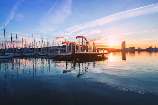 Barcellona port vell con barca a vela