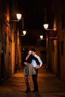 Barcellona, spagna - 02.03.2020. coppia perfetta in amore baciare, ballare sulla strada della città di notte. storia d'amore in viaggio