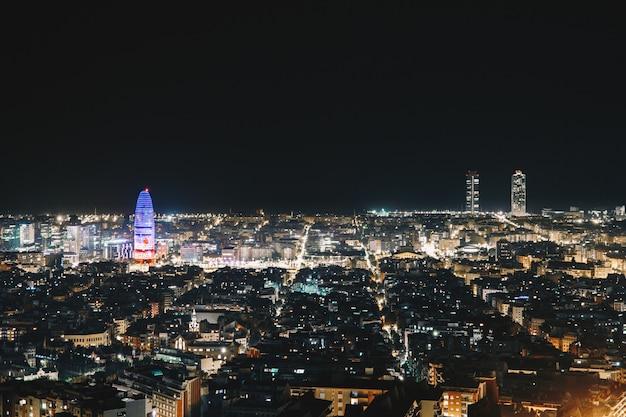 Barcellona vista della città di notte dalla cima della città