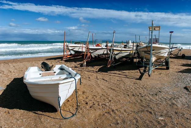 Barche a terra sulla sabbia