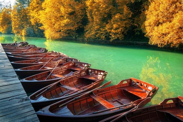 Barche a vela che parcheggiano nei laghi croazia plitvice.