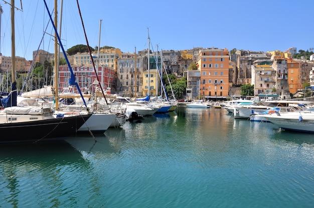Barche a vela nel porto mediterraneo