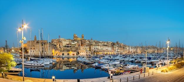 Barche a vela sul porto turistico di senglea, valletta, malta