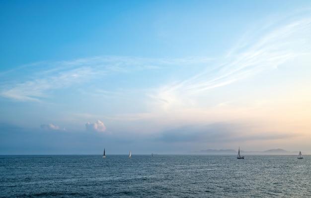 Barche a vela sull'oceano