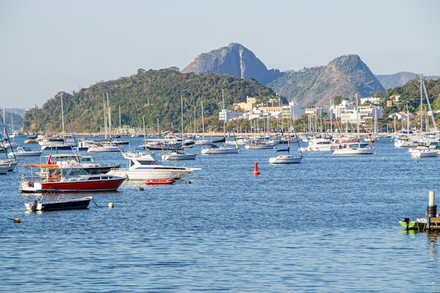 Barche al mare nella baia di botafogo a rio de janeiro