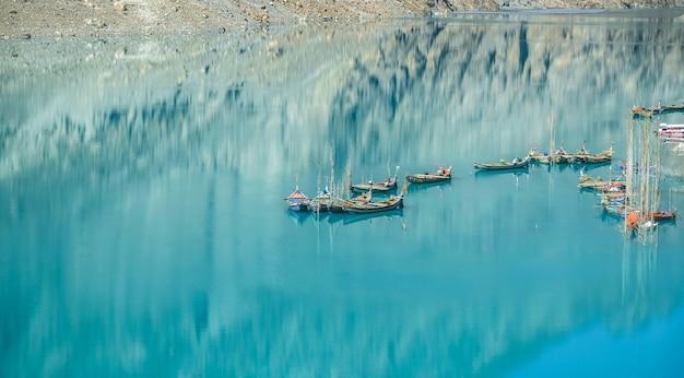 Barche attraccate nel lago attabad. gojal hunza. gilgit baltistan, pakistan.