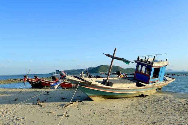 Barche da pesca galleggianti in riva al mare nell'isola di samui, thailandia