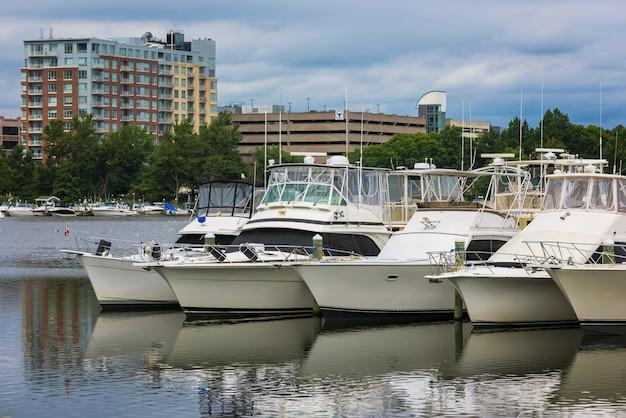 Barche degli yacht sul fiume in città di boston