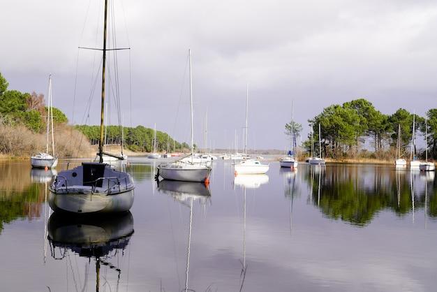 Barche del lago dell'acqua di hourtin medoc all'ancoraggio ad alba