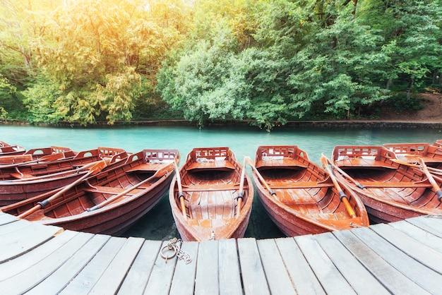 Barche di legno sui laghi plitvice in croazia