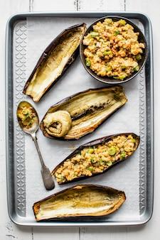 Barche di melanzane arrosto farcite con lenticchie