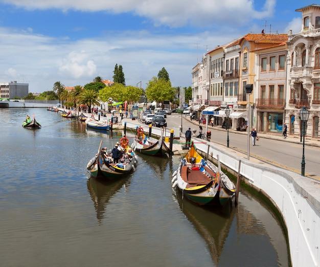 Barche di moliceiro che navigano in canale centrale a aveiro, portogallo
