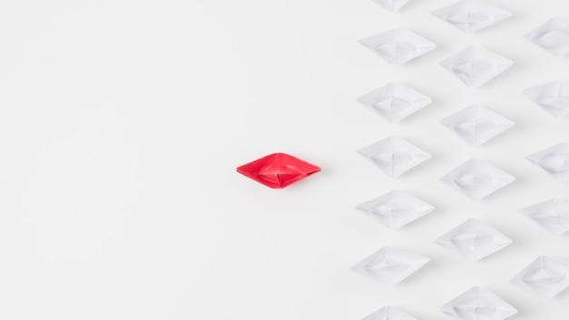 Barche di origami che rappresentano il concetto di leadership