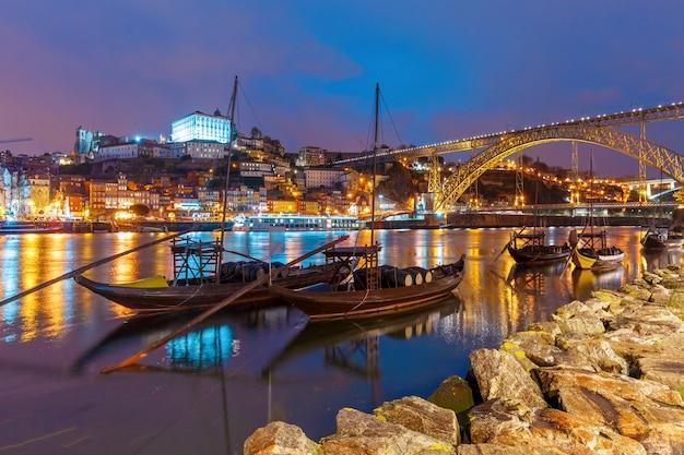Barche di rabelo sul fiume douro, oporto, portogallo.