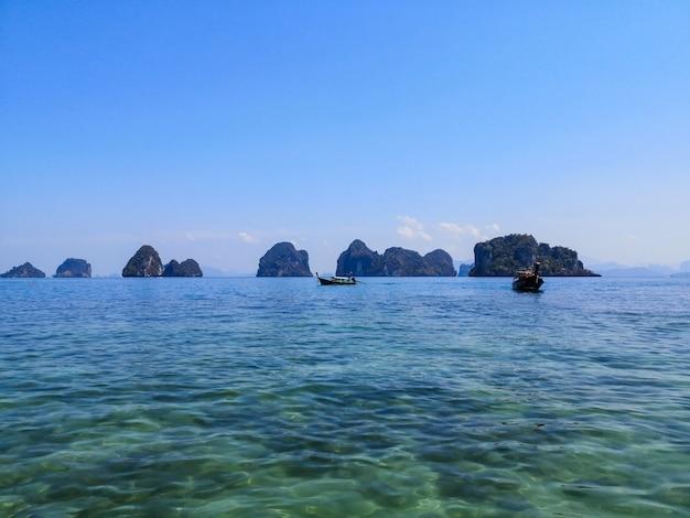 Barche in acqua di mare limpida in giornata di sole