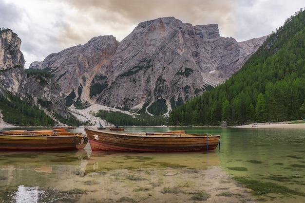 Barche nel lago di braies, dolomiti, italia