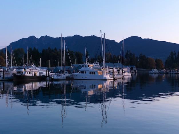 Barche nel porto turistico di vancouver, british columbia, canada