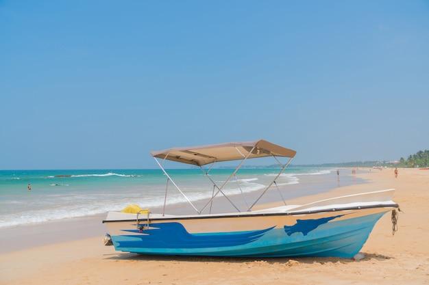 Barche nella sabbia sulla spiaggia.