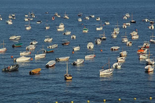 Barche ormeggiate in estate a calella de palafrugell, provincia di girona, costa brava, spagna